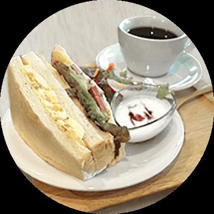 卵サンドとサラダ、ヨーグルト、コーヒーのモーニングセット