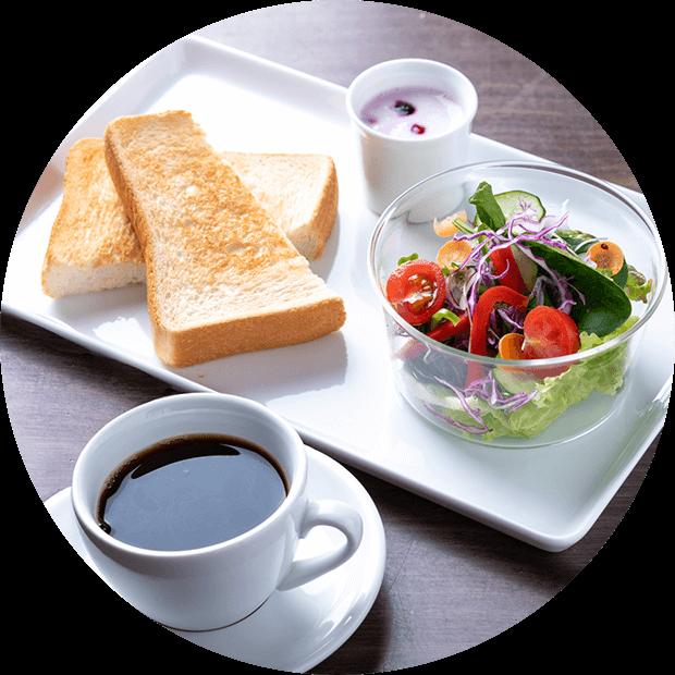トースト・サラダ・コーヒー・ヨーグルトのモーニング