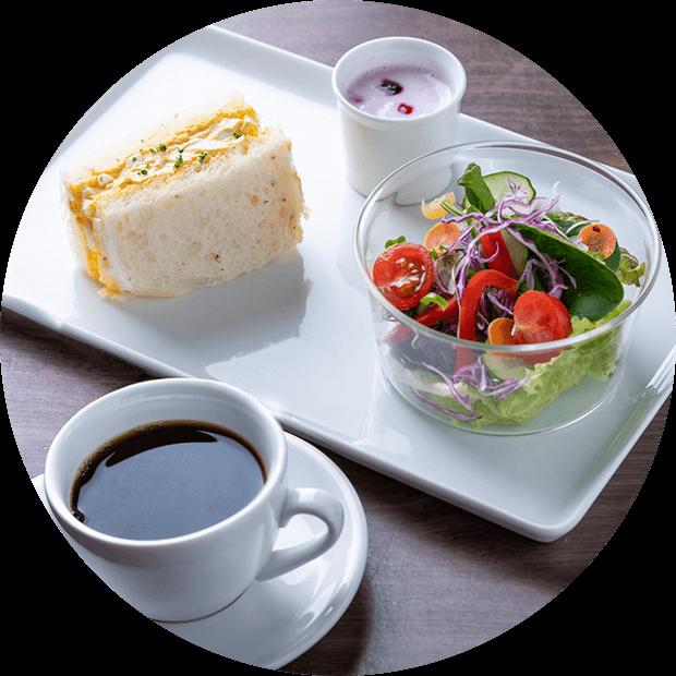 卵サンド・サラダ・コーヒー・ヨーグルトのモーニング