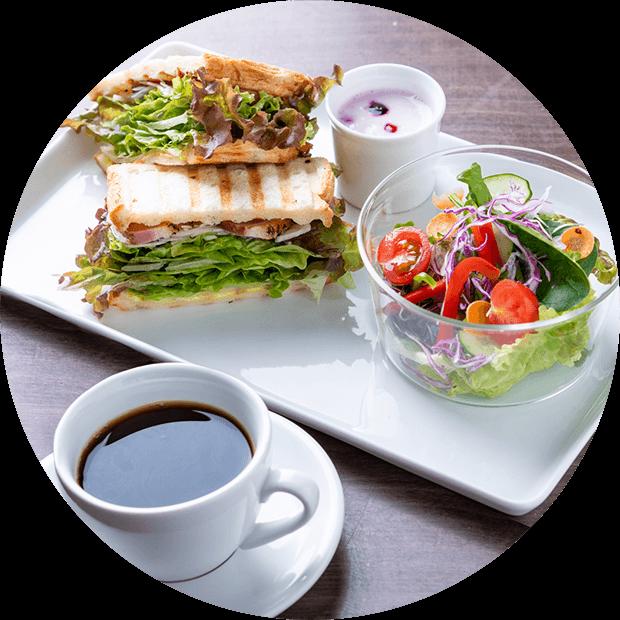 サンドイッチ・サラダ・コーヒー・ヨーグルトのモーニング